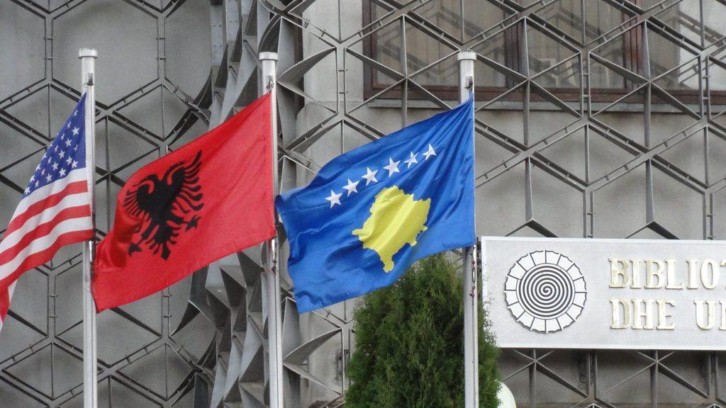флаги США, Албании и Косово