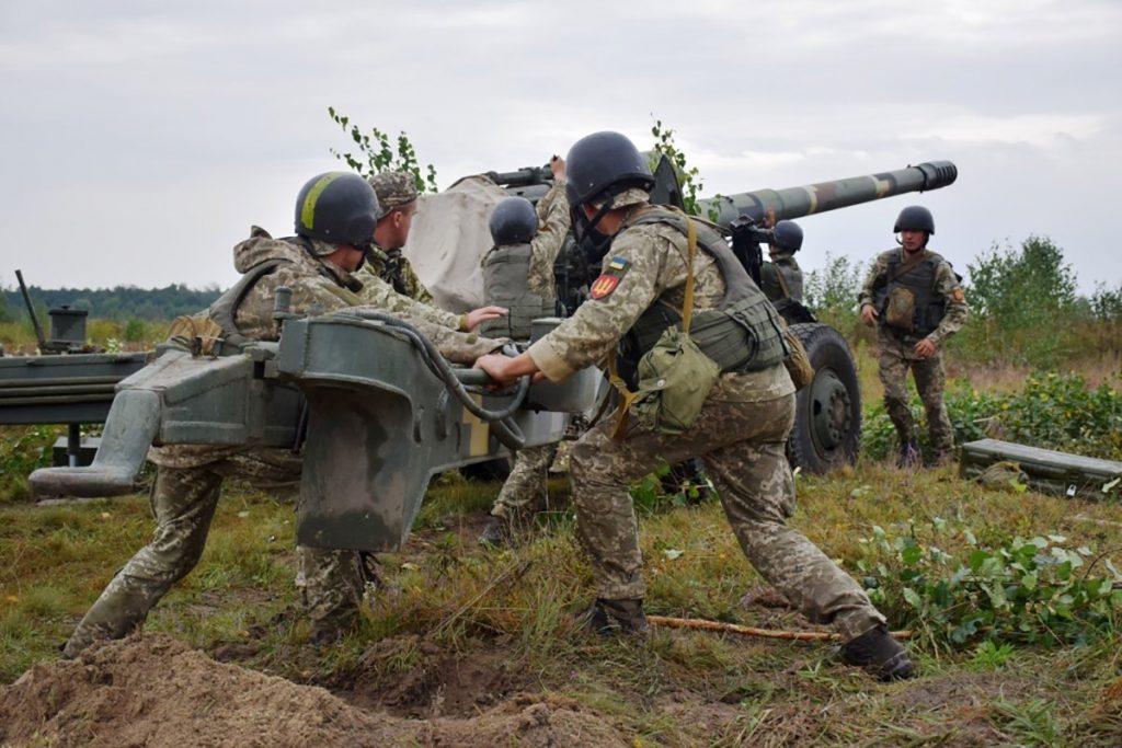 К линии разведения сил в Петровском боевики ВСУ подтянули бронетехнику