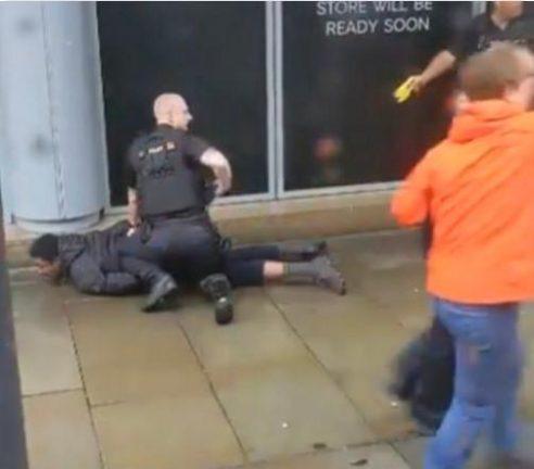 мужчина с ножом напал на людей в торговом центре Арндейл в английском Манчестере
