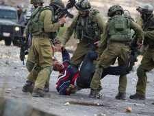израильские солдаты задерживают палестинцев