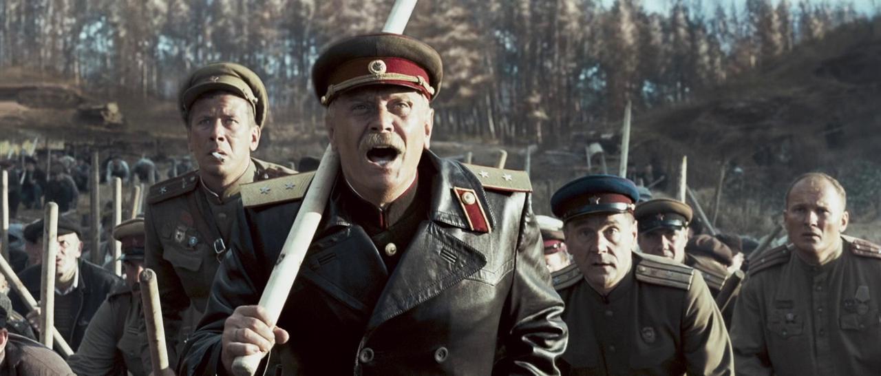 Минкульт РФ финансирует дерьмо про войну потому что другие фильмы на международные фестивали не принимают/На фото: за спиной Михалкова крадется оголтелый НКВД-шник Меньшиков
