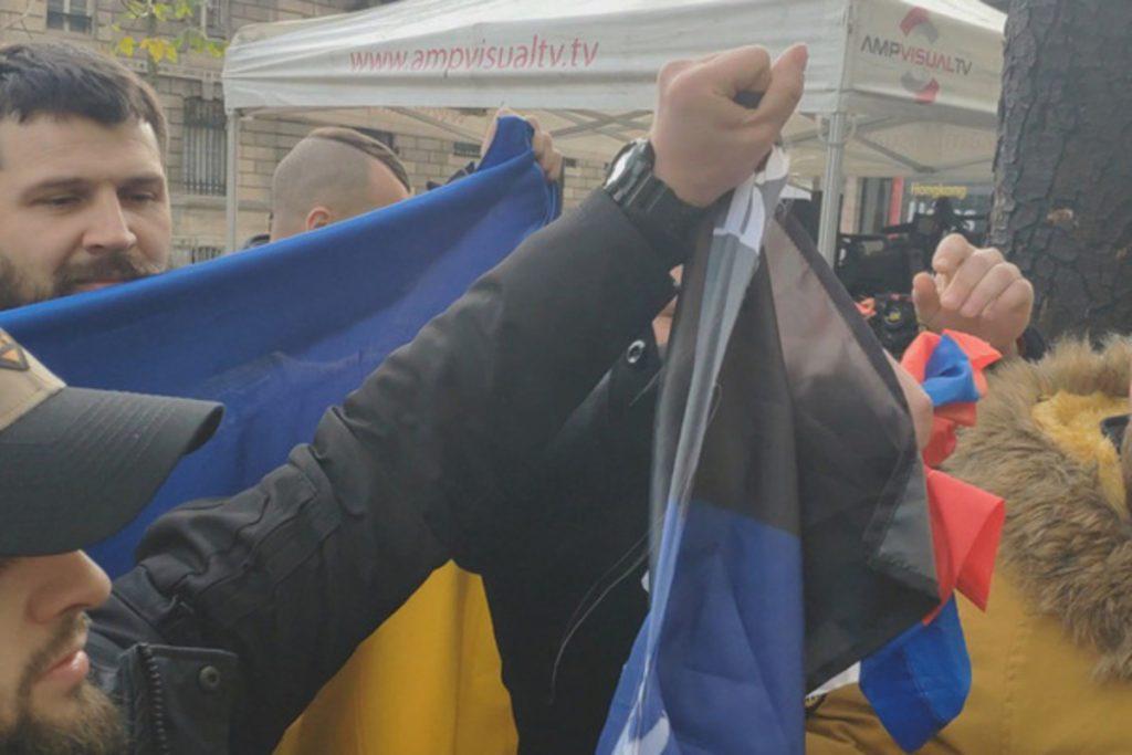 Посреди Парижа украинскими радикалами порваны флаги России и ЛДНР