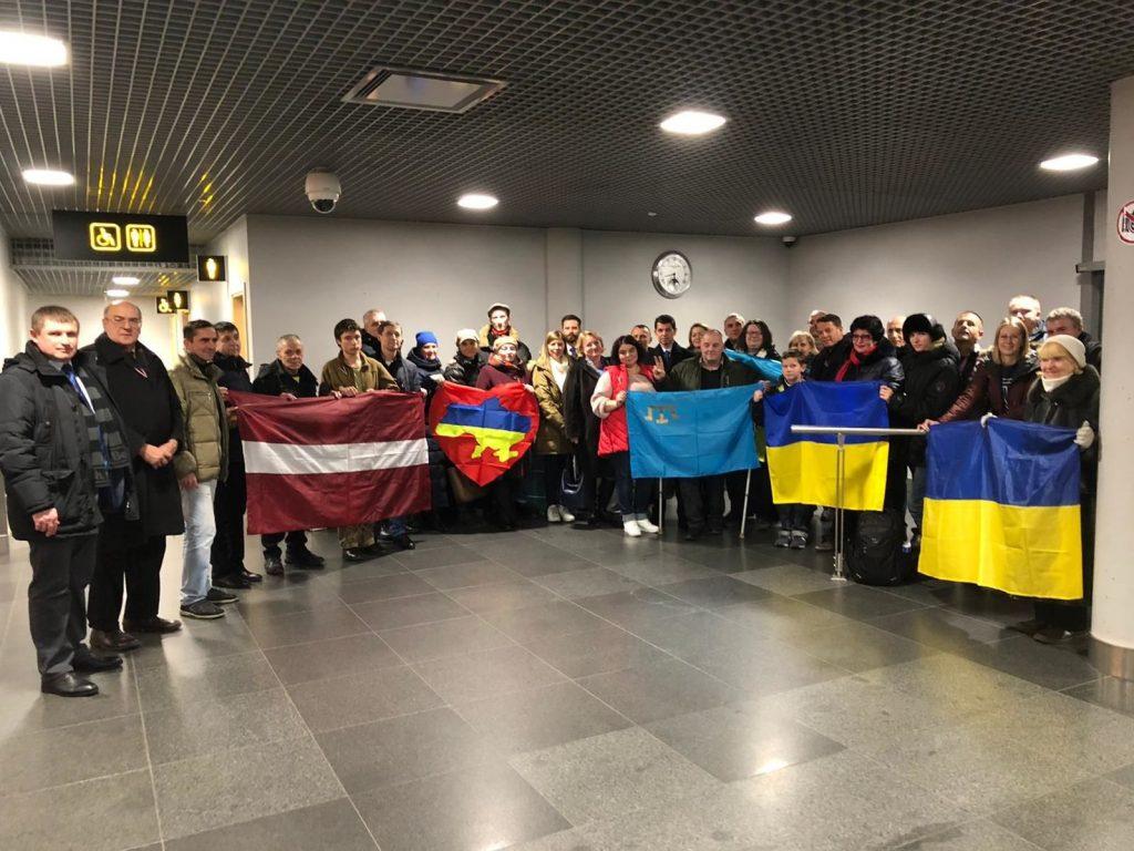 МИД Латвии запечатлел украинских моряков на фоне туалета
