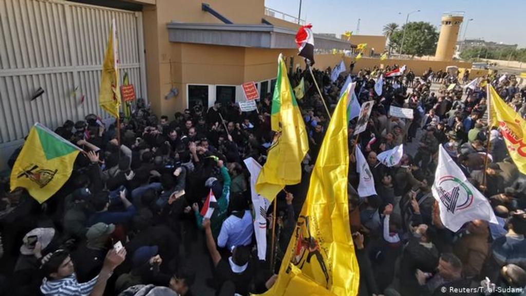 протестующие в Ираке у посольства США