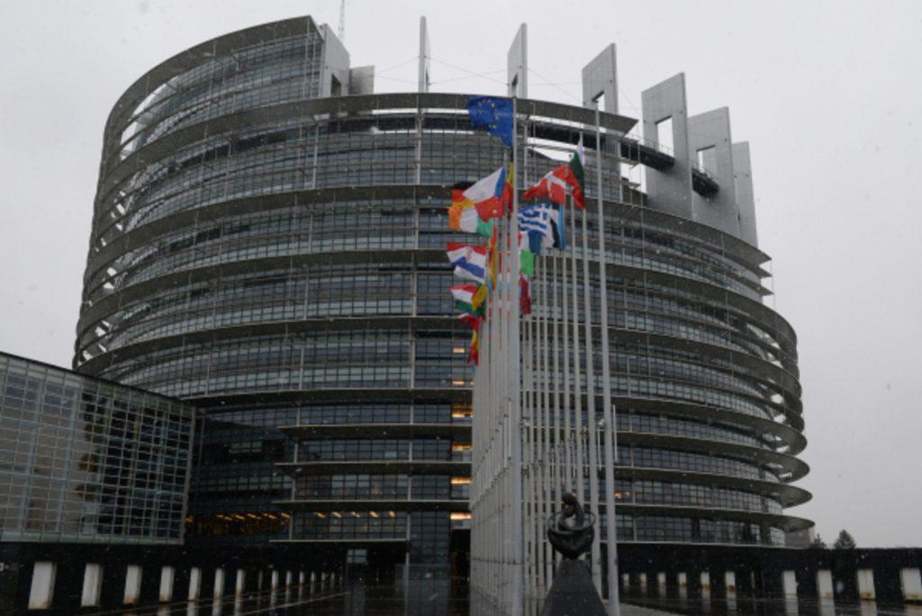 У Европарламента в Страсбурге албанец чуть не сжёг себя на виду у всех