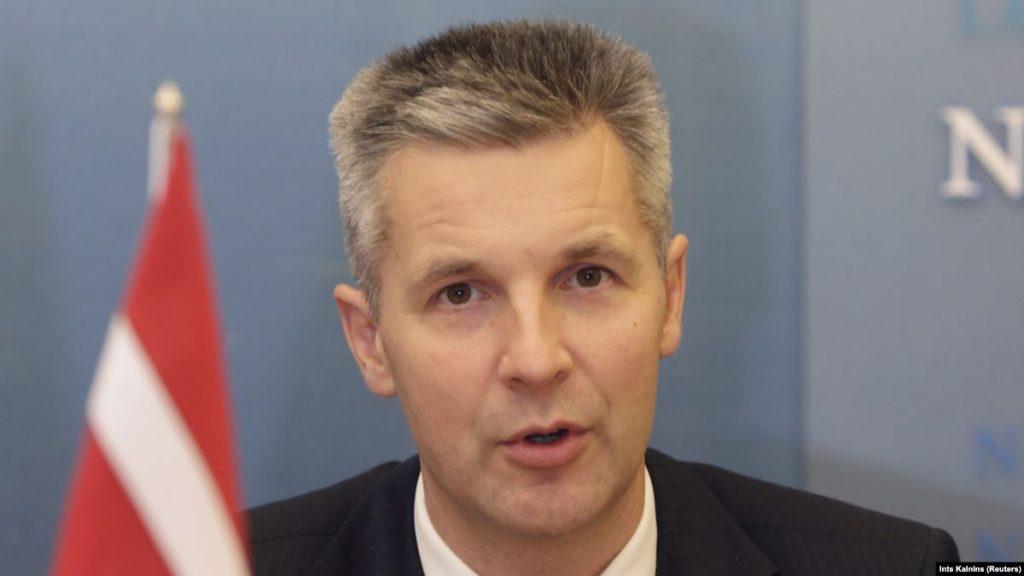 Министр обороны готовит латышам военные методички