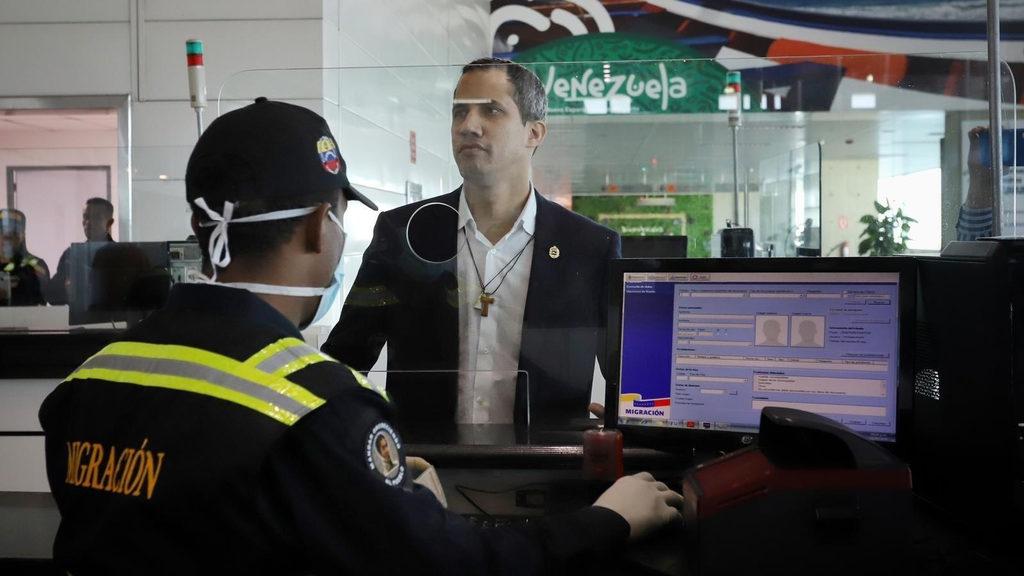 Хуан Гуайдо прилетел в Каракас