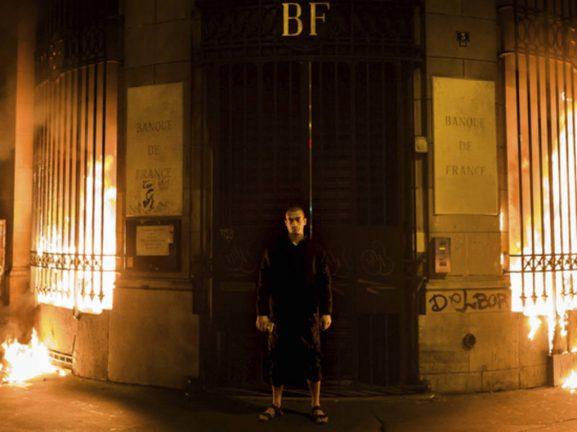 Павленский поджег Банк Франции
