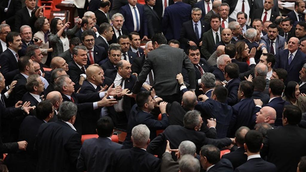 драка депутатов Турции из-за Эрдогана и Идлиба