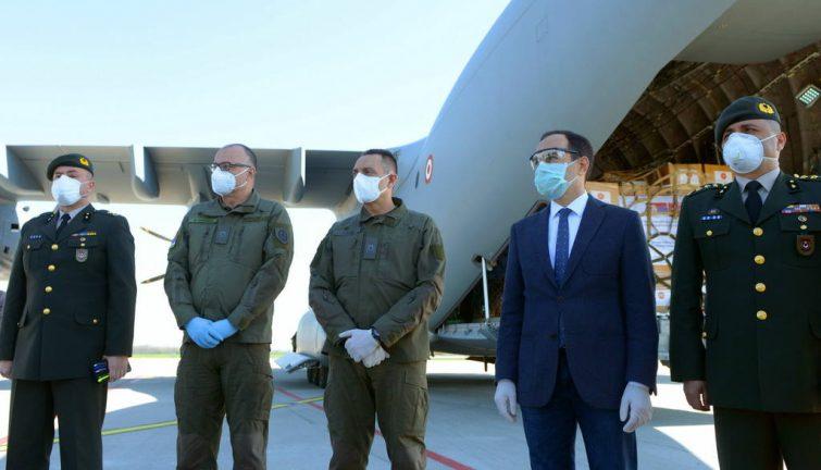 Глава Минобороны Сербии встретил медпомощь из Турции