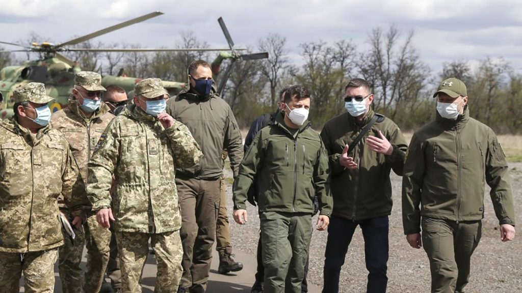 Зеленский привёз награды палачам в окопы оккупированной ВСУ части Донбасса