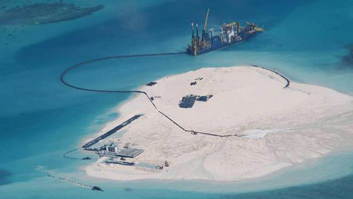 Китай строит искусственные острова в Южно-Китайском море