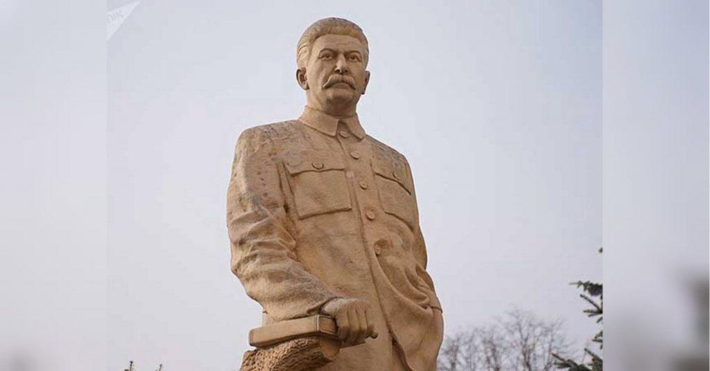 Глава донецкого вокзала потребовал замены памятника Шевченко на Сталина