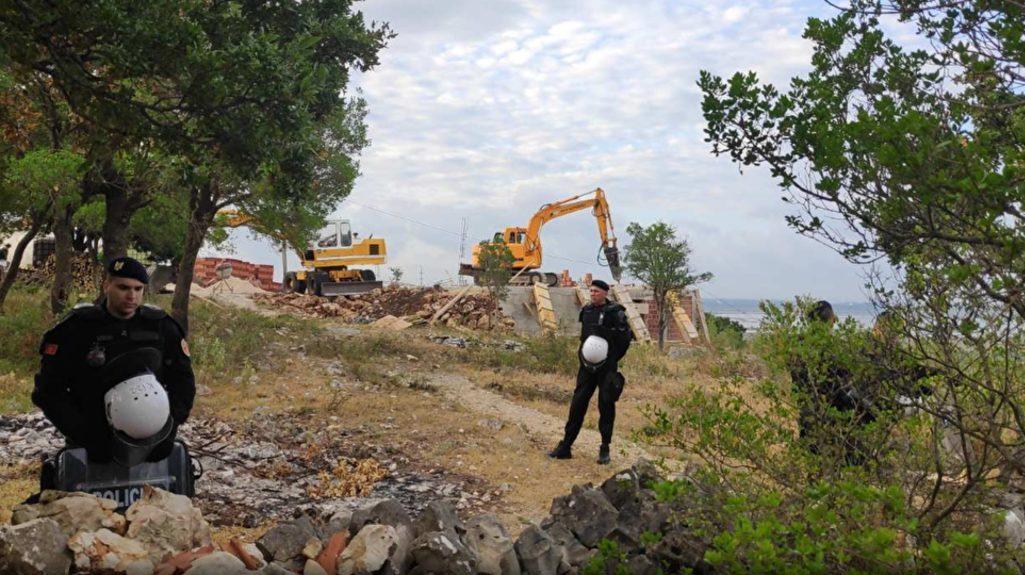 власти Черногории сносят конфискованные у Сербской православной церкви монастырские постройки