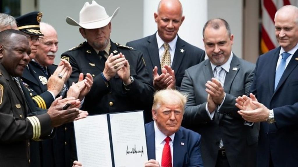 Трамп подрписал указ о реформе полиции США