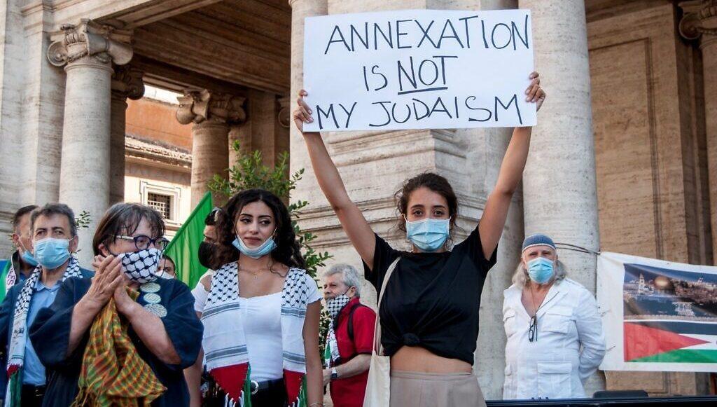 протест против аннексии в Италии