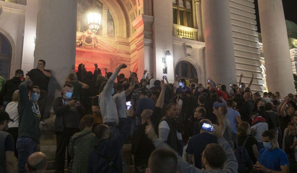 Протестующие против ограничительных мер штурмовали парламент Сербии