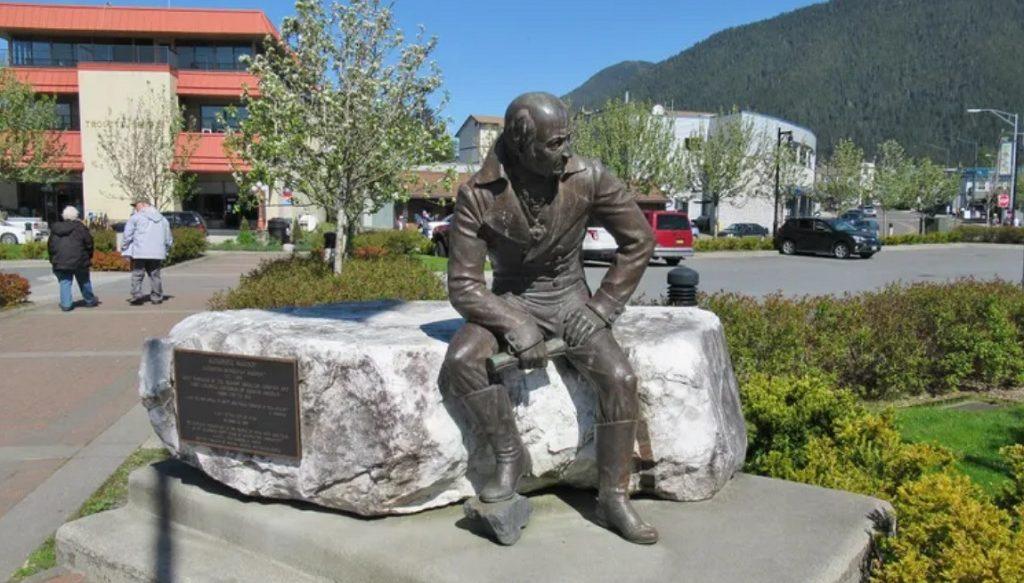 памятник первому губернатору Аляски Александру Баранову
