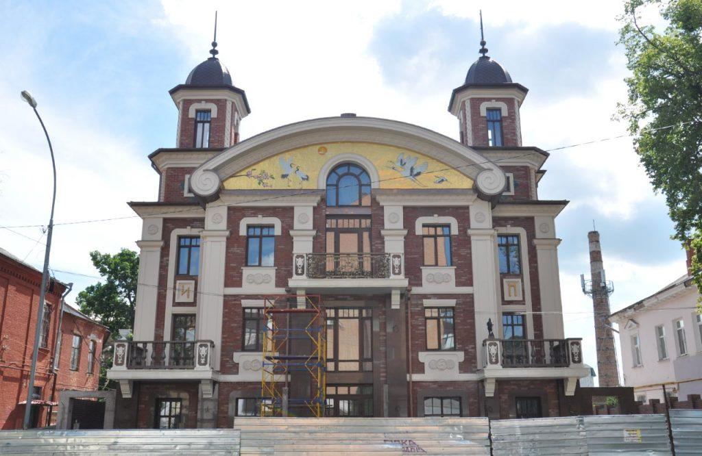 В Полтаве построен дом с «традиционным украинским орнаментом» — свастикой и рунами