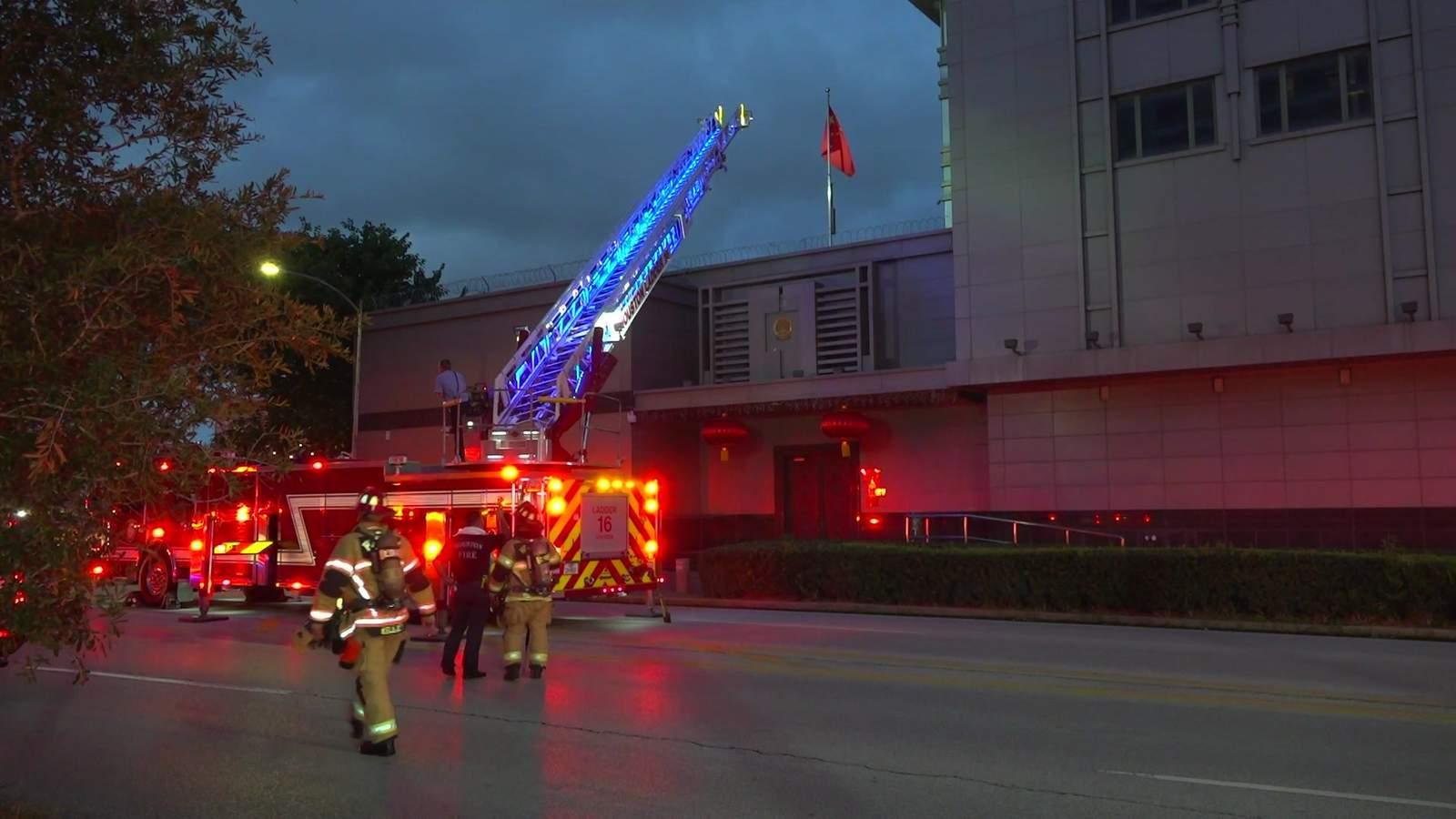 пожарные возле китайского консульства в Хьюстоне, США