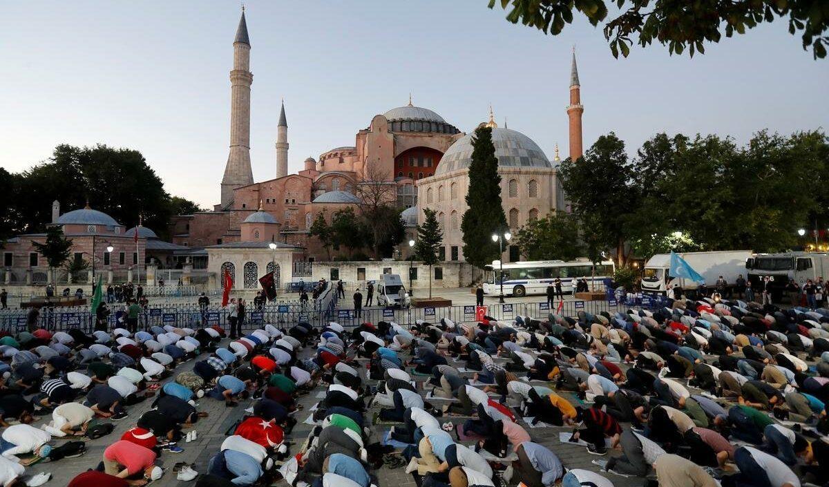 турцки молятся у собора Святой Софии