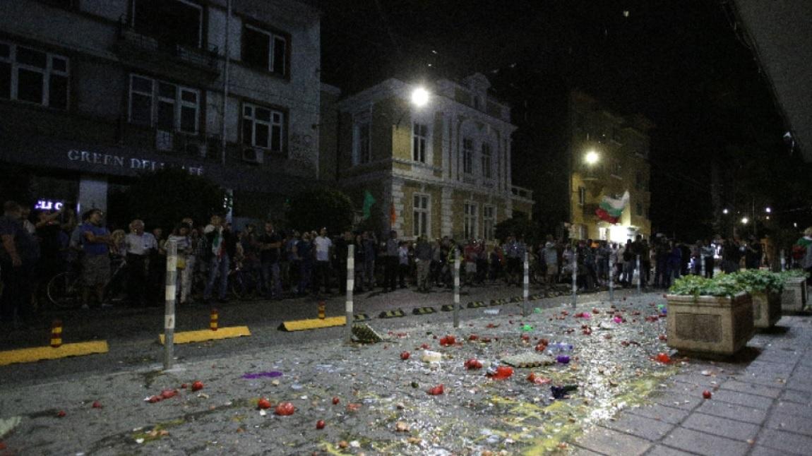 В Болгарии здание правтельства забросали яйами и помидорами