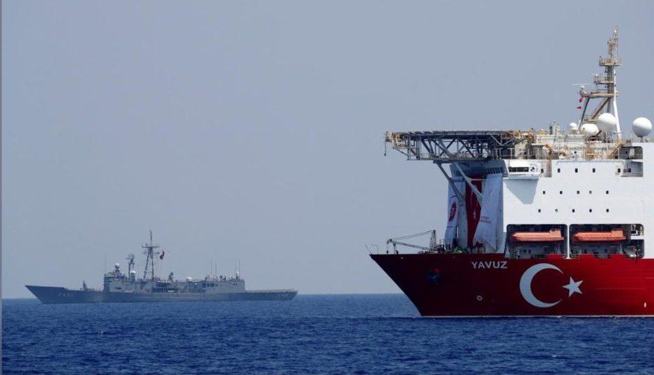 турецкое судно и военный корабль