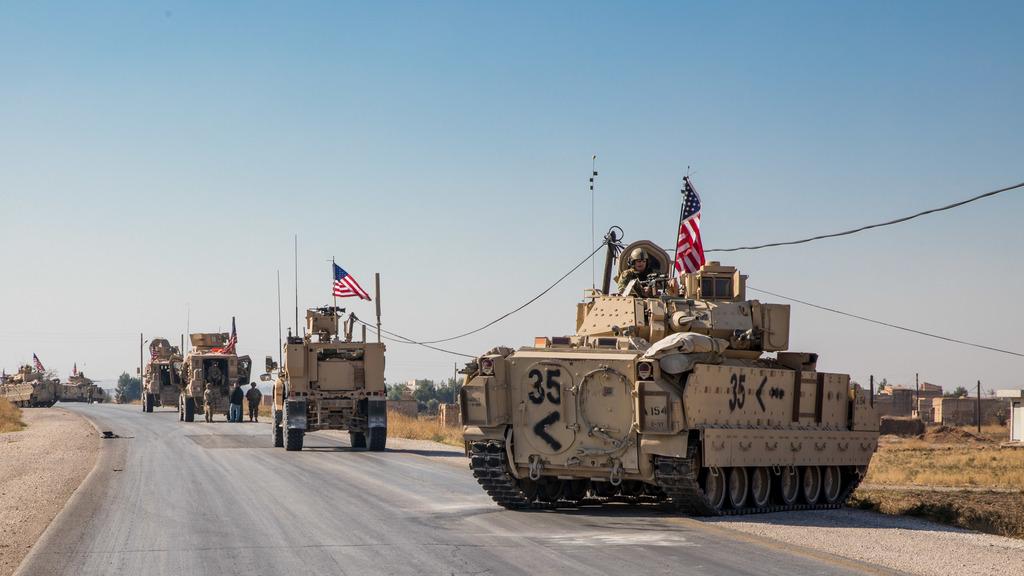 американский конвой в Сирии из M2 «Брэдли»