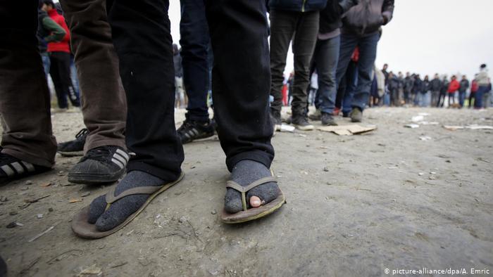 На северо-западе Боснии и Герцеговины произошли столкновения между мигрантами. Боснийская полиция в городе Бихач прибыла на место массовой драки по звонку жителя. В результате столкновений скончались два мигранта и еще 18 были ранены, 10 госпитализированы с серьёзными повреждениями. Правоохранителям сразу не удалось выяснить, что спровоцировало столкновения, но, как отмечают СМИ, долгая дорога, выживание и неопределенное будущее часто приводят к трениям между мигрантами. Беженцы наводнили северо-западный боснийский город, поскольку он расположен недалеко от границы с Хорватией, входящей в Европейский союз. Босния и Герцеговина находится на пути бегущих с Ближнего Востока в поисках лучшей жизни в Западной Европе. Многие надолго застревают в БиГ и других балканских странах во временных лагерях, а то и просто на улицах. Все больше и больше людей спят на улице без еды и воды, они стирают и моются в реке и ручьях. Возле водоемов оставляют много мусора, а некоторые также забираются в дома и воруют. Недовольство местных жителей приграничных с Хорватией районов Боснии растет. «Ситуация ухудшается с каждым днем. Это создает напряженность в отношениях с местным населением, и с каждым днем становится все труднее», - сообщили в IPSIA, итальянской НПО, помогающей беженцам. «». Дошло до того, что местные жители боснийского города Велика Кладуса три ночи подряд на этой неделе собирались, чтобы перехватить автобусы, приближающиеся к их городу, и проверить пассажиров. Обнаруженных беженцев они снимали и отправляли в обратном направлении, Полиция следила лишь за тем, чтобы не было насилия, но не мешала самовольным действиям горожан. В Бихаче 29 августа некоторые жители объявили акцию протеста, призывая к удалению беженцев с улиц. Местные власти в Бихаче обвиняют институты ЕС и Боснии на государственном уровне в том, что они не сделали достаточно для разрешения кризиса в Боснии, который нарастал в течение трех лет - с тех пор, как правое правительство премьер-министра Виктора Орбана п