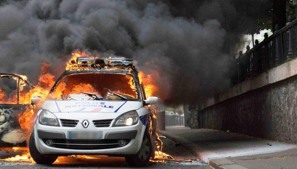 Президент Эммануэль Макрон готовится принять в четверг в Елисейском дворце представителей профсоюзов полицейских, возмущенных безразличием и безнаказанным насилием в стране в отношении правоохранителей. Очередным потрясением для Франции стало ночное нападение на полицейский участок группы людей в капюшонах.