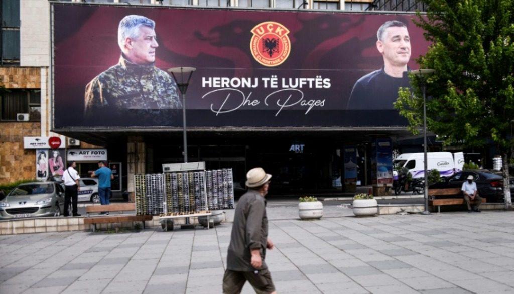 Генеральный секретарь ООН Антониу Гутерриш обвинил косовских лидеров Хашима Тачи и Кадри Весели в препятствовании работе Специального суда по преступлениям АОК. Пандемия коронавируса, политический кризис и предъявление Международным трибуналом обвинений в военных преступлениях против премьер-министра Косово Хашима Тачи и главы Демократической партии Косово Кадри Весели еще больше усугубили и без того хрупкую политическую обстановку и ситуацию с безопасностью в Косово, заявил генсек ООН. Подробный доклад по проблемам Косово, готовившийся полгода - с марта по сентябрь - Гутерриш представит в Совет Безопасности 21 октября. В конце июня специализированная прокуратура Гааги предъявила обвинение Тачи и Весели в ряде преступлений против человечности и военных преступлениях, включая убийства, преследования, похищения и пытки людей. Обвинительный акт должен быть утвержден Специальным судом по преступлениям АОК (Армии освобождения Косова). Гутерриш также добавил, что ситуация в Косово крайне нестабильна из-за политического кризиса, вызванного падением правительства Альбина Курти. Генсек ООН также предупредил о попытках Тачи и Весели воспрепятствовать работе Специального суда по преступлениям АОК - в частности, они обвинили Гаагу в «ложности» предъявленных обвинений и «политическом мотиве» судебного преследования. В докладе также говорится, что из бюджета Косово было выделено 20 миллионов евро для помощи лицам, которым предъявлены обвинения, и что в Косово подготовили законопроект о защите ценностей АОК, который подвергся резкой критике со стороны международных официальных лиц. Хашим Тачи предложил о внесении поправки в конституцию Косово, которая положит конец признанию мандата Специального суда по преступлениям, совершенным членами Армии освобождения Косово. Генеральный секретарь ООН, кроме того, поприветствовал развитие диалога между Белградом и Приштиной, заявив, что нормализацию отношений был дан новый заметный импульс. «Я надеюсь, что так будет и дальше, пока не будет на