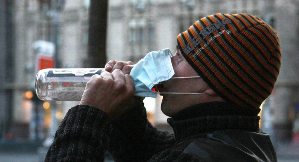 Латвийцы просят разрешить распитие спиртного в публичных местах при пандемии