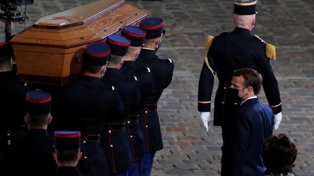 Макрон на церемонии вынесения гроба убитого учителя Самюэля Пати