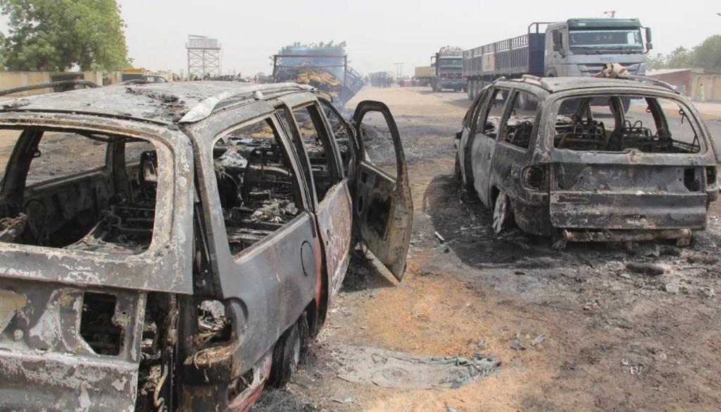 """Члены террористической организации ИГИЛ (запрещена в РФ) занимают все больше территорий в Африке, как это было в Сирии и Ираке, прибегая более к «чрезвычайно жестокой тактике», предупреждает Пентагон. Как отмечается в отчете, подготовленном экспертами Центра по борьбе с терроризмом американской военной академии """"Вест-Пойнт"""", число сторонников ИГИЛ в Африке неуклонно растет, и нельзя говорить о победе над этой террористической организацией. Наиболее сложная ситуация в Западной Африке и зоне Сахары. «К лету 2020 года стало совершенно ясно, что Исламское государство (ИГИЛ)- это изменившаяся организация, но ни в коем случае не побежденная», - заявляет """"Вест-Пойнт"""". «ИГИЛ в Западной Африке проводит операции, которые становятся все более дерзкими, ошеломляюще жестокими и тревожно похожими на то, что ИГИЛ, как его тогда называли, проводило в начале 2014 года», - гласит отчет. По мнению экспертов, в последнее время атаки джихадистов активизировались и число их жертв постоянно растет. В течение 2019 года террористы совершили 186 атак, а их целями чаще всего были населенные пункты в Нигерии, Нигере, Камеруне, Чаде, Мали и Буркина-Фасо. Кроме того, террористы атакуют южные части Африки, особенно Мозамбик, где с 2017 года было убито более 1500 человек. В докладе говорится, что террористы уже захватили несколько островов у побережья Мозамбика, где ранее отдыхали мировые знаменитости. При этом большая часть местного населения была изгнана, а женщины попали в сексуальное рабство. Связанные с ИГИЛ джихадисты на юге Африки также обезглавливают своих пленников и похищают женщин. Эксперты предупреждают, что террористы постепенно наводняют Мозамбик и это сеет в стране хаос. В докладе констатируется, что активность ИГИЛ в Африке по масштабам и жестокости превосходит деятельность членов организации в Сирии и Ираке. «Чрезвычайно важно, чтобы политики и военные уделяли приоритетное внимание угрозе, исходящей от ИГИЛ в Африке», - говорится в докладе Пентагона. В апреле 2019 года террористы """