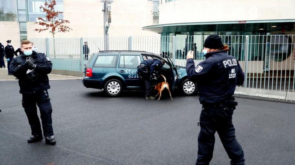 Автомобиль протаранил ворота офиса Меркель