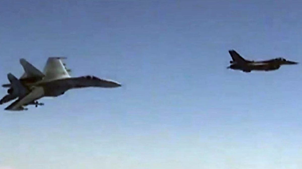 российский Су-27 и натовский F-16