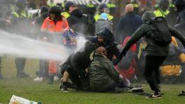 Полиция Нидерландов водомётами разгоняла антикарантинный протест