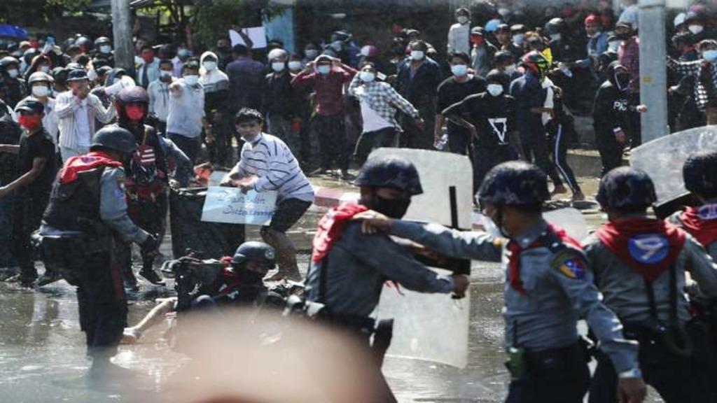 полиция Мьянмы разгоняет протесты