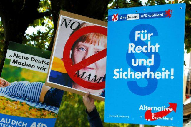 митинг и плакаты АдГ с критикой политики Меркель в отношении семьи и демографии