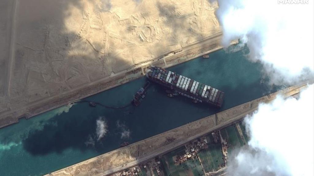 контейнеровоз застрял в Суэцком канале