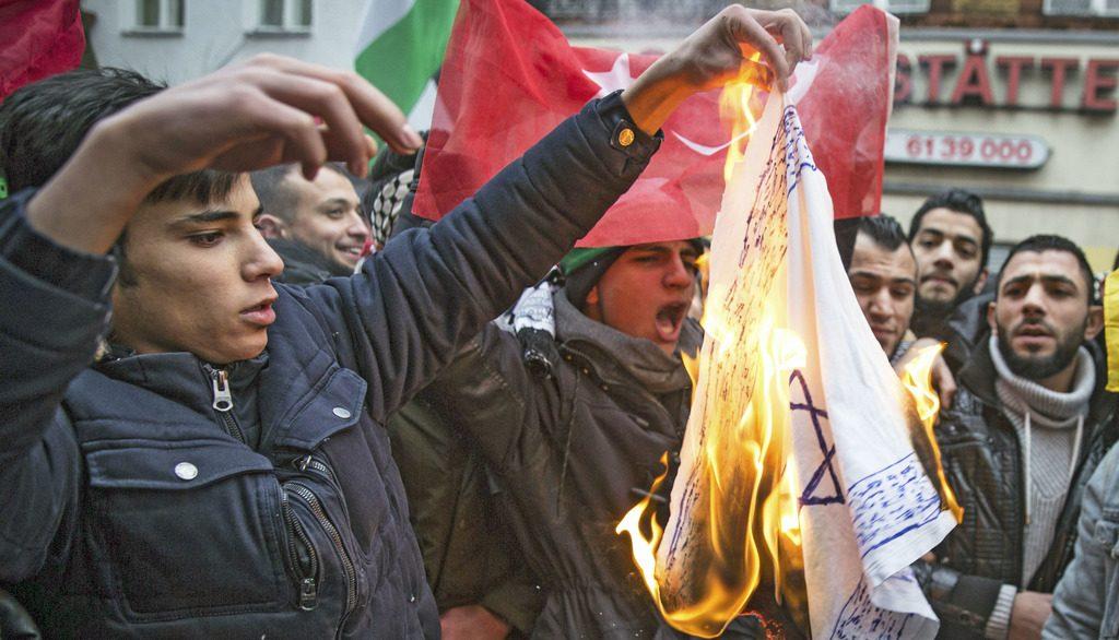 в Германии сжигают израильские флаги