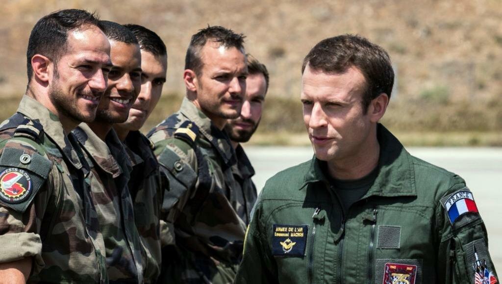 Макрон с французскими военными в Африке