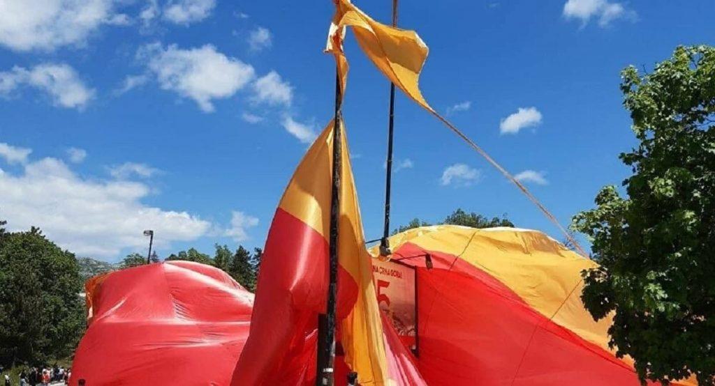Черногорские «свидомиты» не смогли растянуть над столицей гигантский флаг