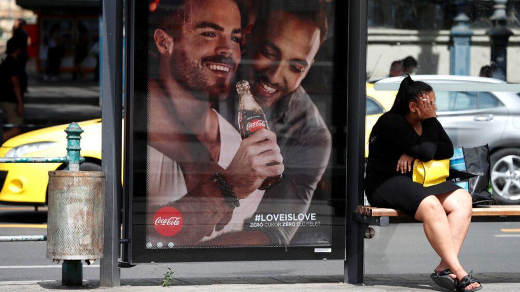 компания Coca-Cola завешала Венгрию своей рекламой с гей-парой