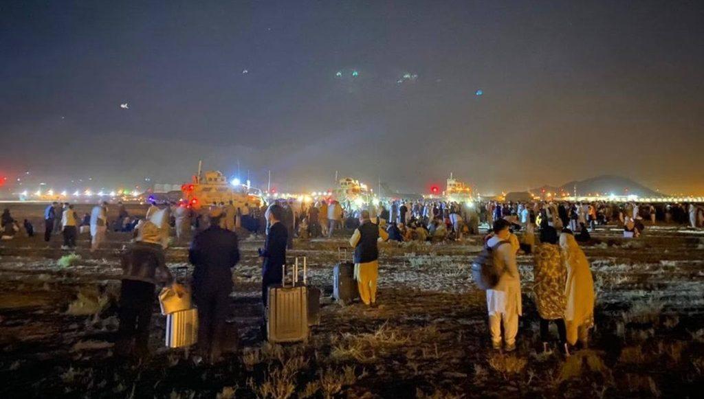 хаос перед аэропортом Кабула