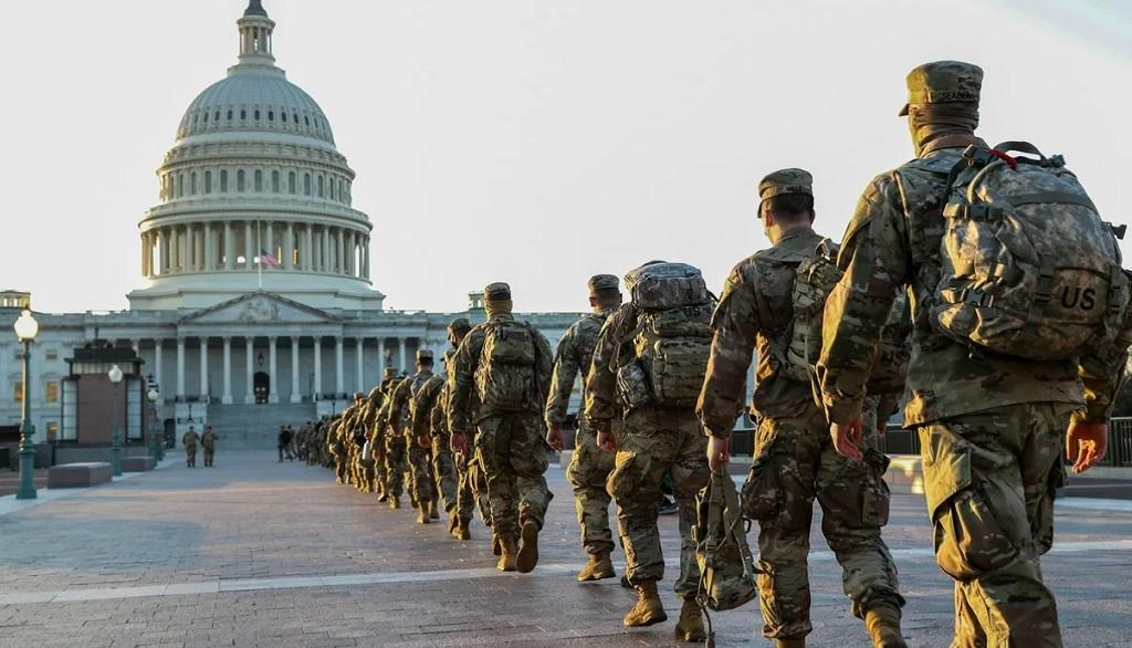 национальная гвардия идет в Капитолий